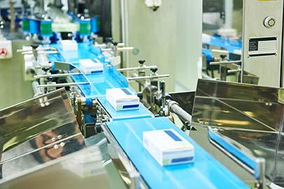 Medikamentenverpackungen im Kennzeichnungsprozess