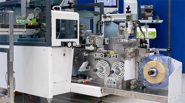 Der kompakte Pharma-Etikettierer von Bluhm lässt sich leicht in bestehende Systeme integrieren.