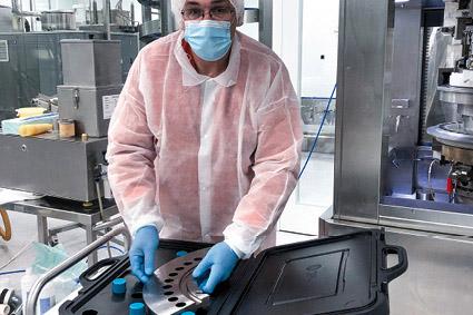 Präzise Handgriffe: Ivaylo Georgiev, Mechaniker bei Kendy Pharma, arbeitet täglich mit den Werkzeugkoffern.