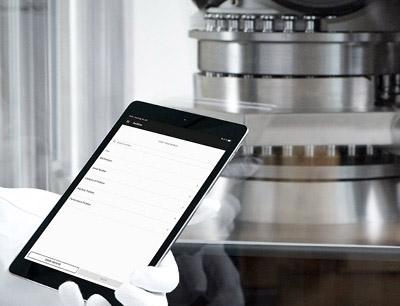 """Für Inbetriebnahmen und schnelle Troubleshootings wurde mit """"LiveGuide"""" ein Digitaltool entwickelt, das sich über mobile Endgeräte wie Smartphones, Tablets und Smart Glasses nutzen lässt."""