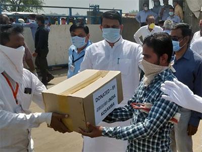 Am indischen Gerresheimer Standort in Kosamba wurden 500 Lebensmittelpakete an Mitarbeiter und Wanderarbeiter verteilt, die von Grenzschließungen aufgrund von Covid19 betroffen waren.