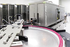 Im effizienten Geradeauslauf realisiert der hochautomatisierte HEUFT spotter II PHS eine umfassende Voll-Vial-Inspektion.