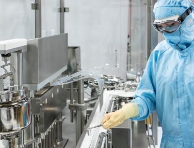 Während des traditionellen Werksrundgangs dreht sich alles um neue Technologien für die Verarbeitung flüssiger Pharmazeutika. Darunter auch die Füll- und Verschließmaschine ALF 5000 mit einer Virtual Reality-Anwendung für Schulungszwecke