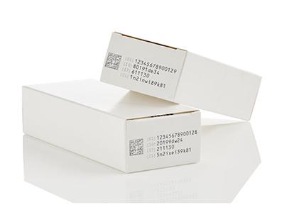 Schwarzer TIJ-Code auf weißem Arzneimittelkarton