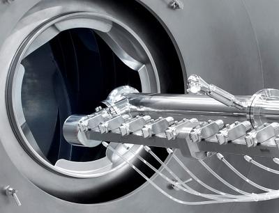 Die Justierung des Düsarms erfolgt bei den Coatern der LC-Serie von außen über ein Handrad oder optional auch vollkommen automatisch