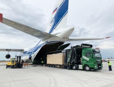 Die Anlage wird am Flughafen Lüttich in die Antonov An-124 verladen