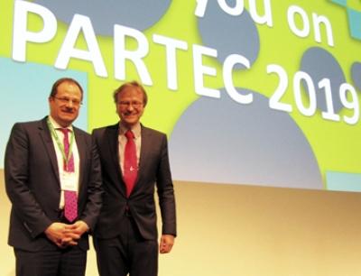 Professor Stefan Heinrich (links) neuer Vorsitzender der Partec 2019. Professor Hermann Nirschl (rechts) übergibt die Position