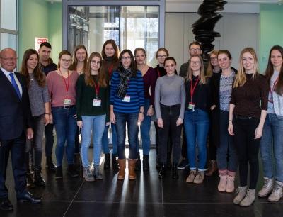 Prof. Dr. Michael A. Popp mit 16 Pharmaziestudenten der Universität Innsbruck bei Bionorica