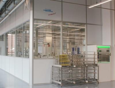 Der Reinraum Clean Medi Cell in der Außenansicht. Rechts eine Dokumentenschleuse mit LED-Beleuchtung