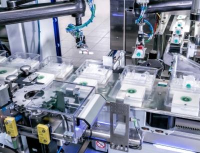 Ein F4-Pick-und-Place-Roboter entnimmt die hängenden Kolbenstangen