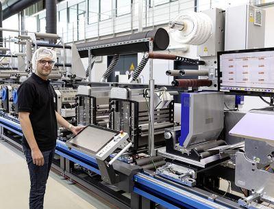 Bei der Schreiner Group ist er schon seit vielen Jahren - inzwischen leitet Fillip Wonnemann die neue Fertigungslinie Pharma-Tac 1 in Dorfen