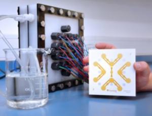 Aufbereitungsmodul mit integrierten Ultraschallsensoren zur vollständigen Entfernung von Medikamentenrückständen