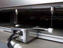 Der Linear Twin-Scan wird direkt in den Heißlufttsterilisiertunnel eingesetzt