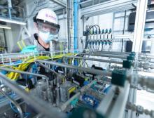 Evonik-Chemikant Sven Gjerrud am Chromatographen in der Lipid- Produktion in Hanau