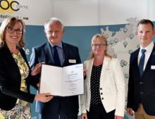 Staatssekretärin Katrin Schütz überreicht die Urkunde