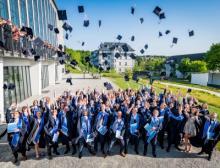 100 junge Akademiker feierten ihren Studienabschluss an der Provadis Hochschule