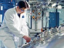 Ein Bilfinger-Mitarbeiter verrichtet Arbeiten an einem Bioreaktor