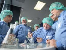 Bundesgesundheitsminister Hermann Gröhe testet einen Insulin-Pen bei Sanofi