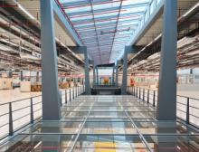 Stahlkonstruktion: das Gebäude ist durch besondere Konstruktion gegen Vibrationen geschützt