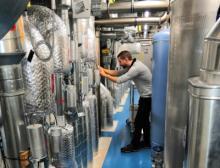 STZ Euro-Ingenieur beim Einregulieren der Volumenstrom- und Raumdruckregelkreise