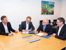 Die Geschäftsführer unterzeichnen den Kooperationsvertrag