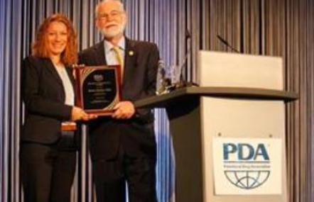 Dr. Bettine Boltres erhält den Distinguished Service Award des Pharma-Branchenverbandes PDA