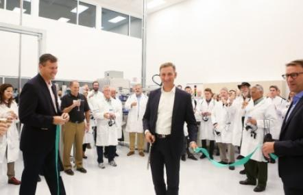 CEO Dietmar Siemssen (Mitte), CFO Dr. Bernd Metzner (rechts) und Gary Waller (links), President Gerresheimer Glass Inc., eröffnen das neue Gx Glass Innovation and Technology Center